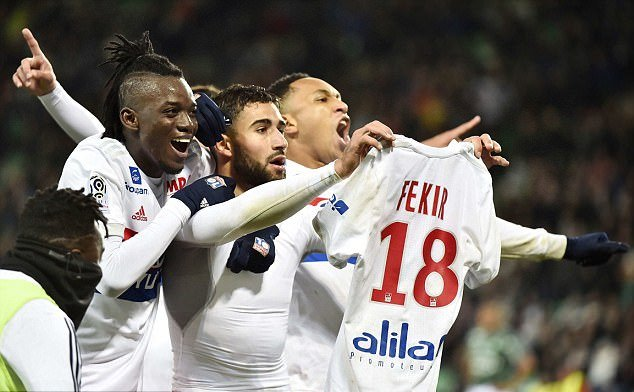 CĐV Lyon đồng loạt học Messi khoe áo đấu, ủng hộ Fekir - Bóng Đá