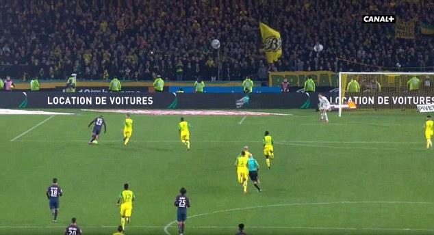 Hậu vệ Nantes nhận thẻ đỏ vì làm ngã trọng tài - Bóng Đá