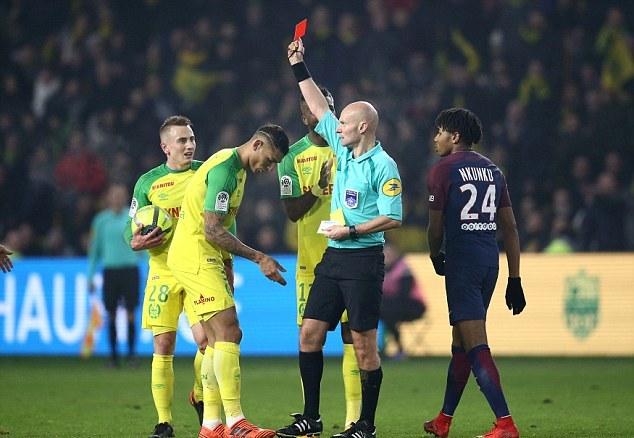 Trọng tài ngáng chân cầu thủ Nantes bị đình chỉ - Bóng Đá
