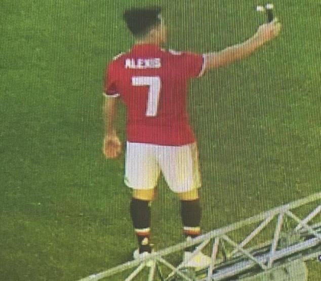 Lộ ảnh Alexis Sanchez mặc áo số 7 của Man Utd - Bóng Đá