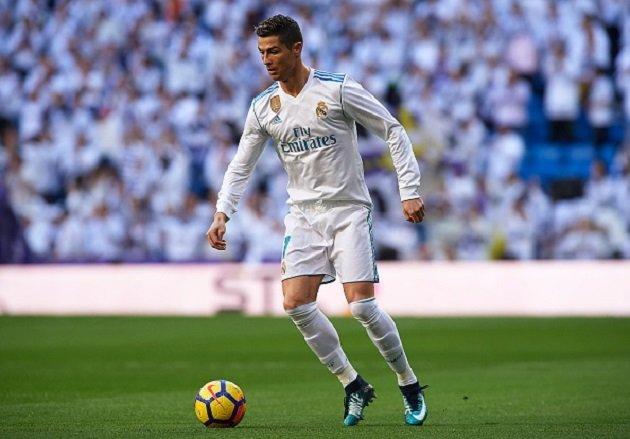 Cực hài: Ronaldo mượn điện thoại bác sĩ soi vết thương - Bóng Đá