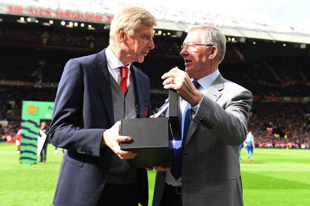 Hé lộ dòng chữ trên kỷ niệm chương Sir Alex tặng HLV Wenger - Bóng Đá