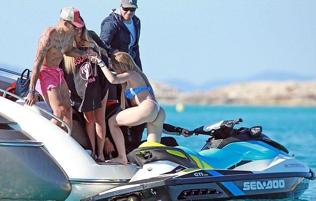 Firmino và bạn gái 'diễn cảnh nóng' trên biển - Bóng Đá