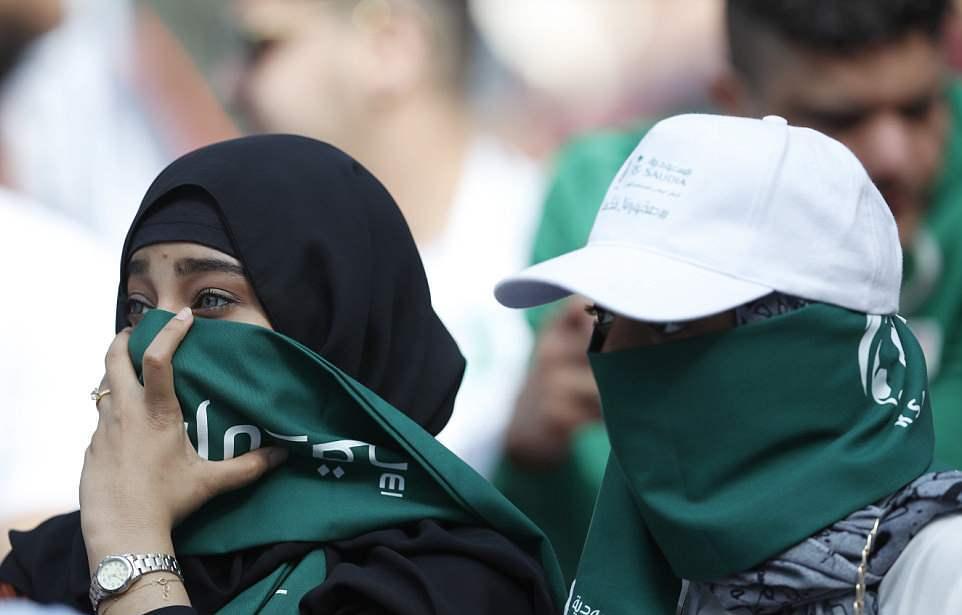 Hai mặt của nữ CĐV: Saudi Arabia kín đáo, Nga hở táo bạo - Bóng Đá
