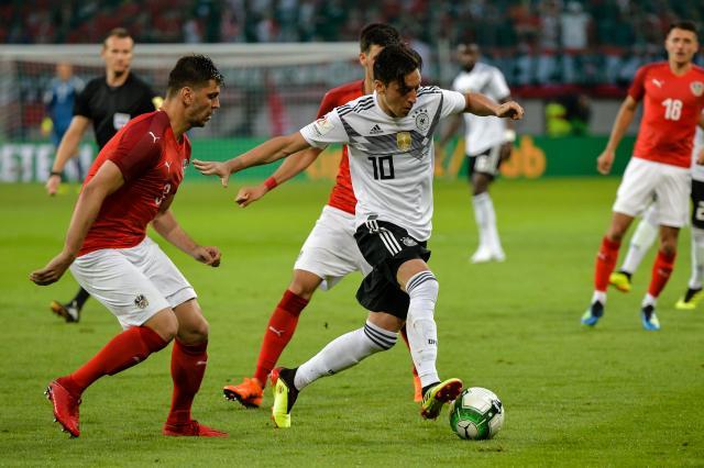 Cha Ozil khuyên con trai mau chóng chia tay đội tuyển quốc gia - Bóng Đá