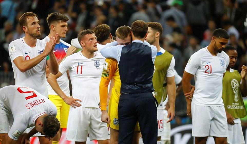 Cổ động viên Anh khóc như mưa sau thất bại của đội nhà - Bóng Đá