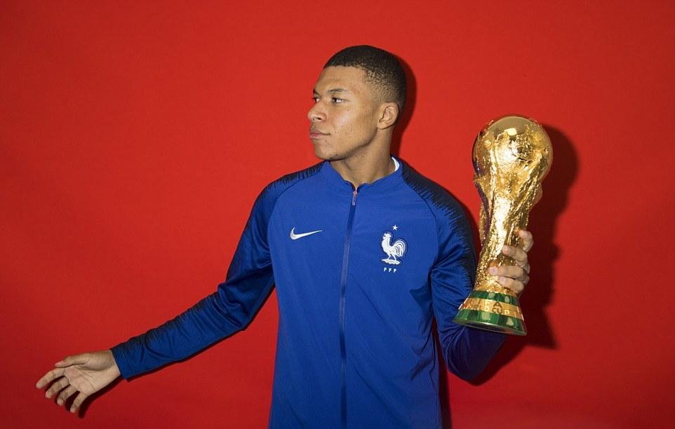 Dàn sao tuyển Pháp ra sức tạo dáng bên cúp vàng - Bóng Đá