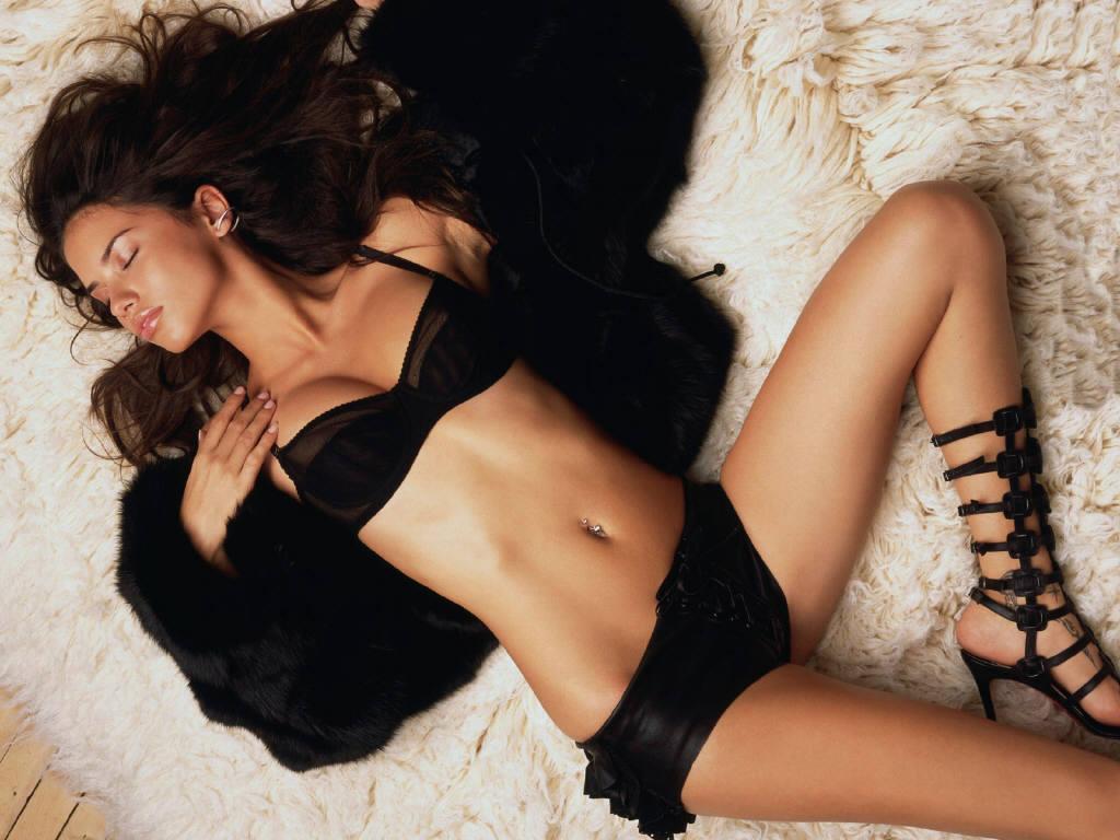Adriana Lima - thiên thần nội y nóng bỏng khoe áo đấu Man Utd - Bóng Đá