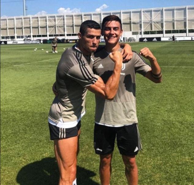 Bị Ronaldo giơ nắm đấm dọa, Dybala đáp trả không vừa - Bóng Đá