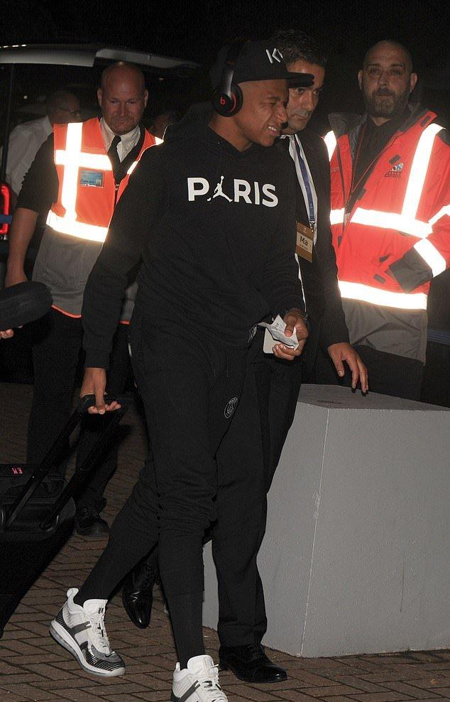 Thua Liverpool, Mbappe nhăn nhó trở về Pháp - Bóng Đá