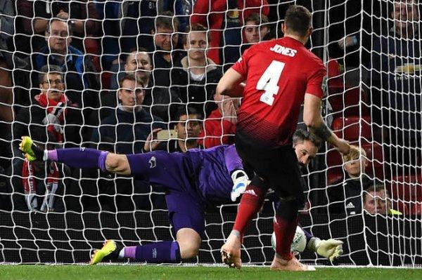 Mourinho tiên đoán Jones sẽ sút hỏng - Bóng Đá