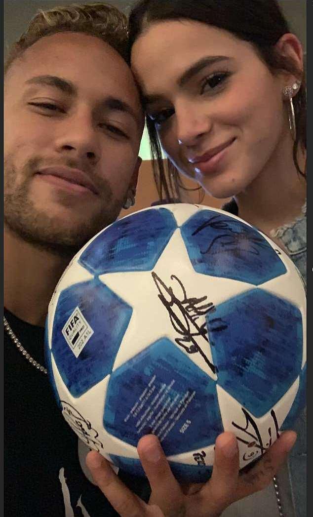 Neymar khoe trái bóng hat-trick cùng cô bạn gái gợi tình - Bóng Đá