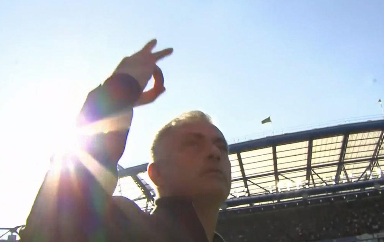 Mourinho khiêu khích fan Chelsera 3 ngón tay - Bóng Đá