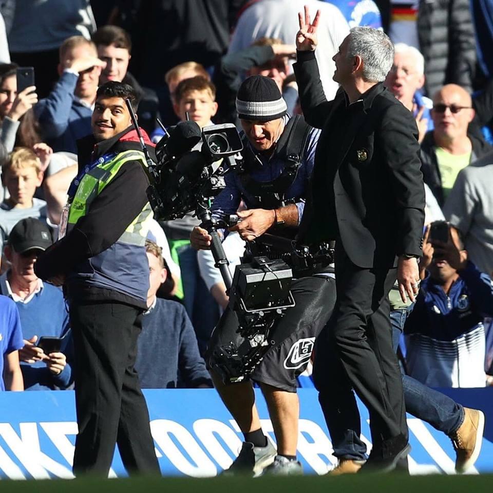 Chê fan Chelsea thiếu tôn trọng, Mourinho có hành động khiêu khích - Bóng Đá