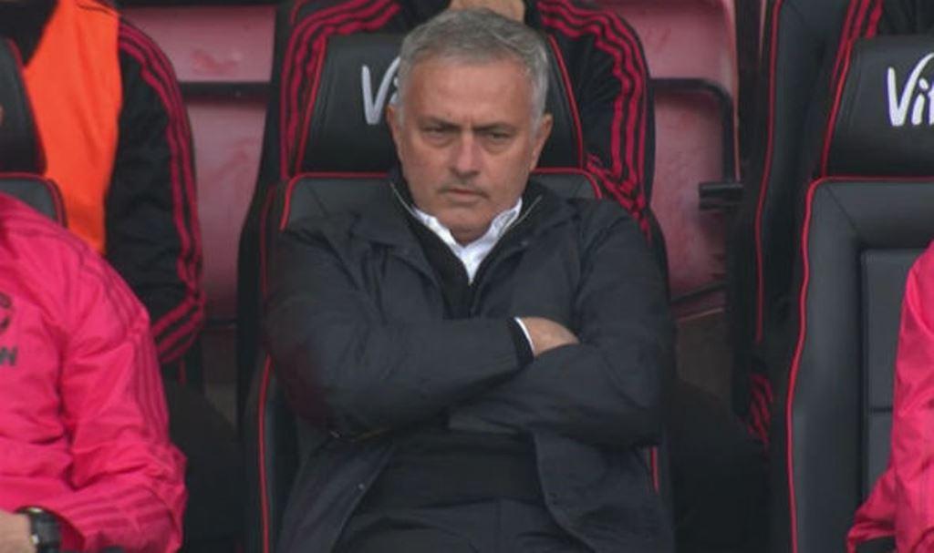 Hàng thủ Man Utd ngờ nghệch, HLV Mourinho biểu cảm 'khó đỡ' - Bóng Đá