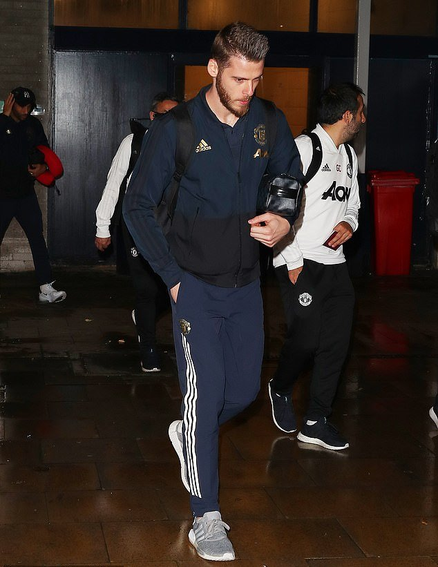 Pogba trở về Manchester muộn - Bóng Đá