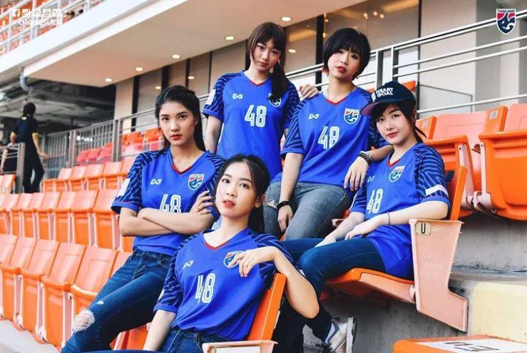 Những nữ CĐV xinh đẹp 'đốt cháy' khán đài AFF Cup 2018 - Bóng Đá