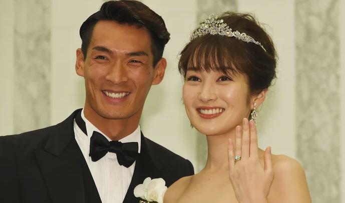 Cô vợ nóng bỏng của tuyển thủ Nhật sắp đối đầu với Việt Nam - Bóng Đá