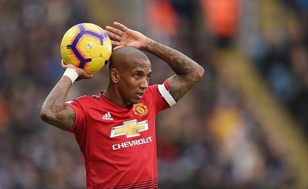 Man Utd gia hạn Young, Herrera - Bóng Đá