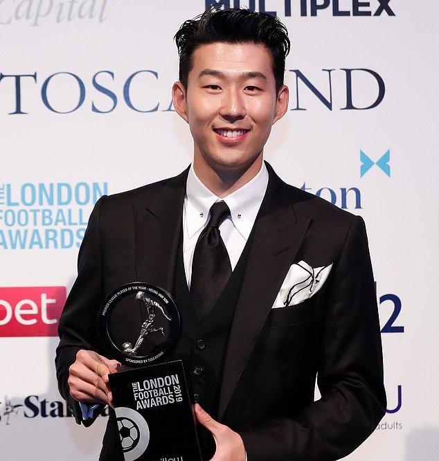 Son Heung-min như tài tử điện ảnh, nhận giải Cầu thủ xuất sắc nhất PL - Bóng Đá
