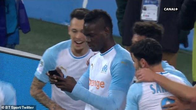 Lập siêu phẩm, Balotelli ăn mừng có 1-0-2 - Bóng Đá