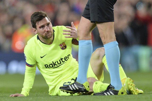 Messi đổ máu, fan Quỷ đỏ hát vang 'Viva Ronaldo