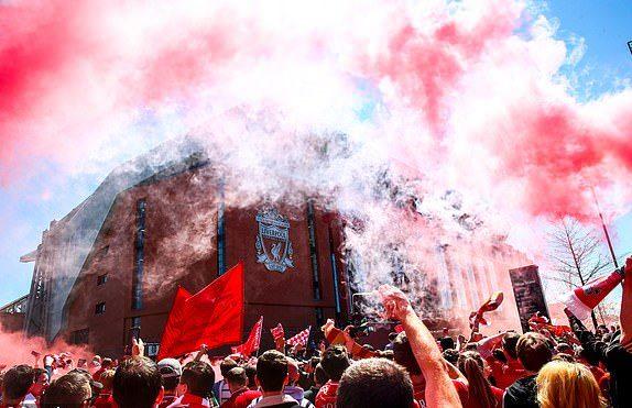 Fan Liverpool đốt pháo sáng - Bóng Đá