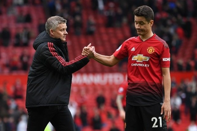 Ole Gunnar Solskjaer names the two Manchester United players who will replace Ander Herrera - Bóng Đá