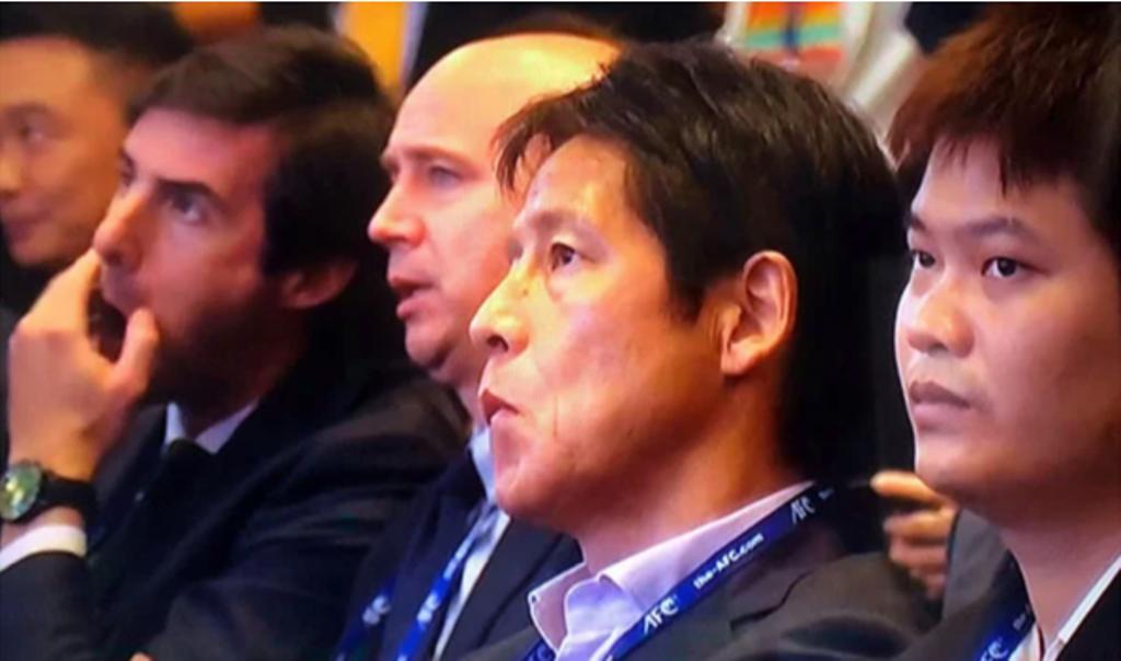 Biểu cảm khó đỡ của HLV Thái Lan khi biết kết quả bốc thăm - Bóng Đá