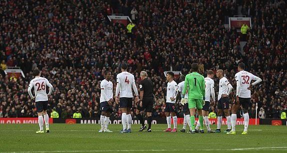 Phạm lỗi rõ ràng, Man Utd đánh lừa cả VAR - Bóng Đá
