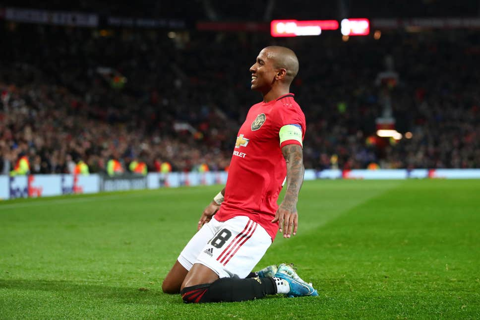 Manchester United: Fans slam decision to release Ashley Young at the end of the season - Bóng Đá