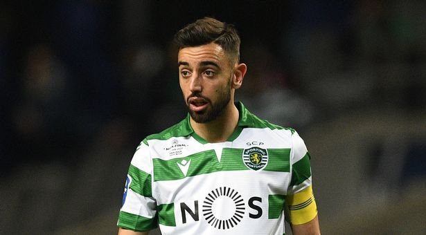 Man Utd transfer target Bruno Fernandes doesn't wave bye to fans and angrily slaps camera - Bóng Đá