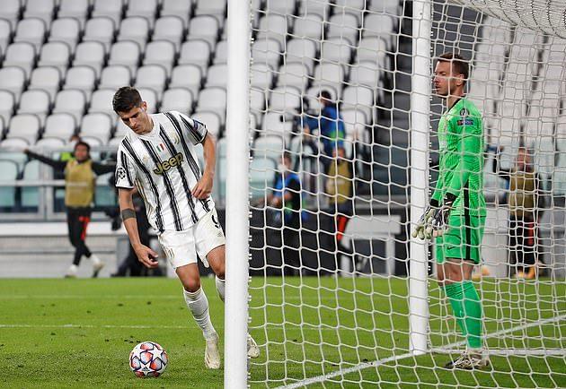 Vẻ mặt khốn khổ của Morata sau hat-trick bị từ chối - Bóng Đá