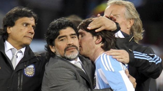 Hai tượng đài của làng bóng đá thế giới: Maradona và Messi.