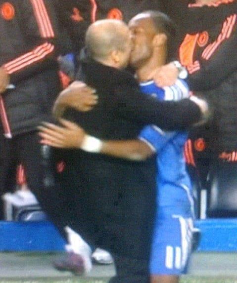 Buffon, Drogba, Rooney,... và những màn khóa môi kinh điển trong thế giới bóng đá - Bóng Đá