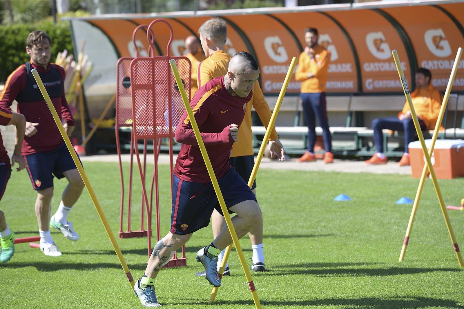 """Roma tích cực tập luyện cho thời khắc """"đá"""" Pescara xuống Serie B"""