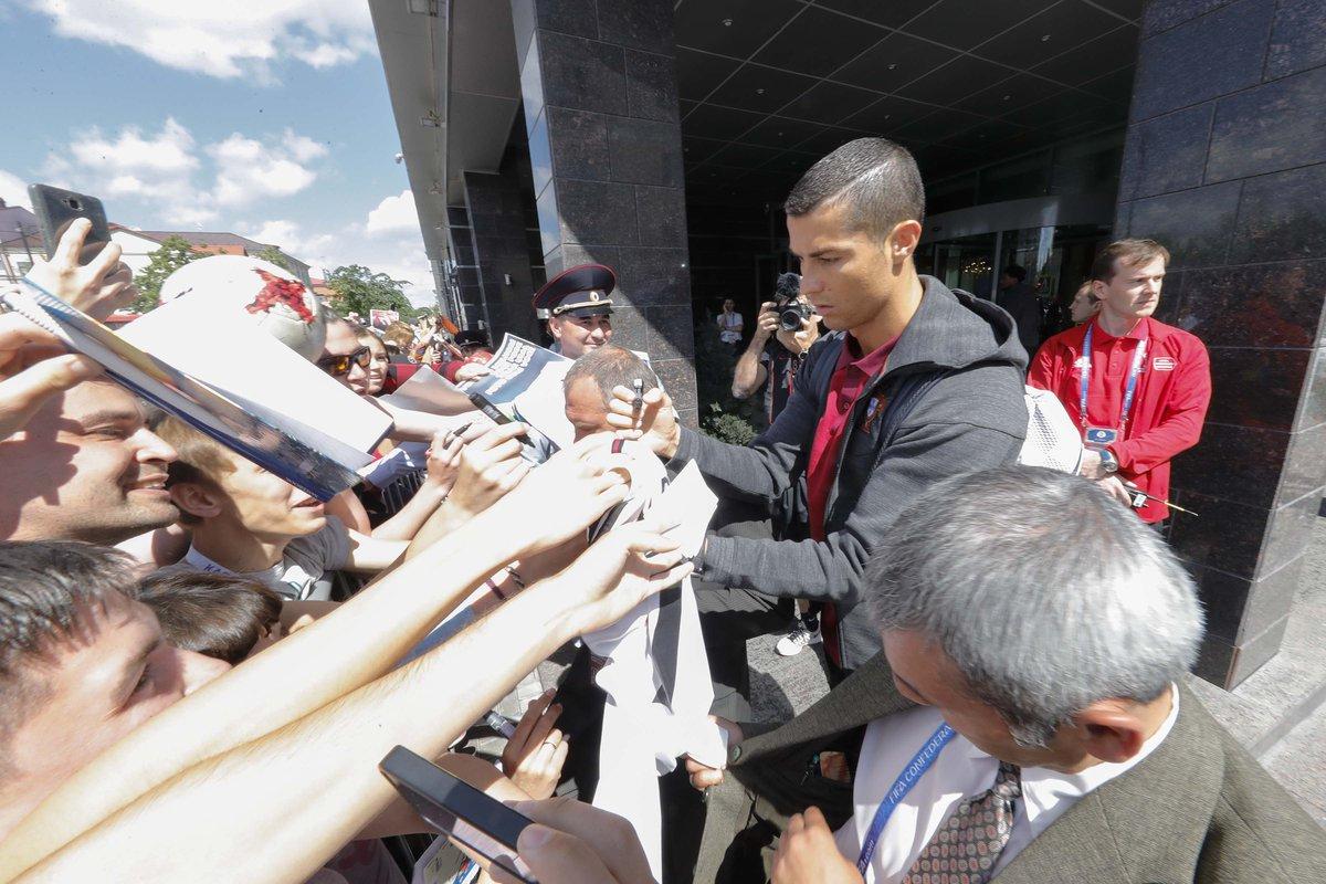 Ronaldo mặt đưa đám, ký tặng cho người hâm mộ - Bóng Đá