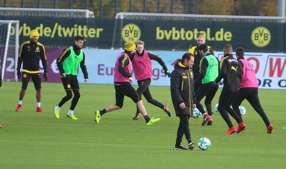 Reus chạy ngoài đường pitch, hướng anh nhìn về phía đồng đội - Bóng Đá