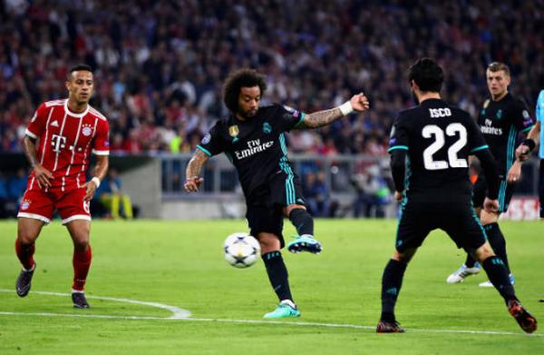 Bayern thất bại, fan cởi trần, túm áo Ribery 'hỏi tội' - Bóng Đá