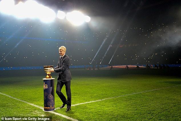 Arsene Wenger lần đầu nâng cúp sau 8 tháng rời Arsenal - Bóng Đá