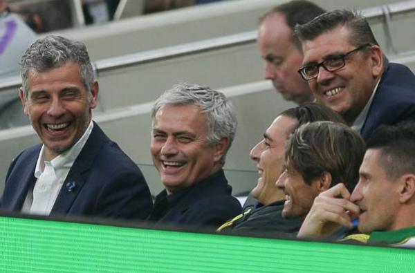Jose Mourinho ngồi ghế huấn luyện huyền thoại Inter - Bóng Đá
