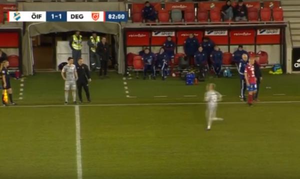 CHOÁNG! Vào sân chưa được 10 giây, cầu thủ này đã bị thay ra - Bóng Đá