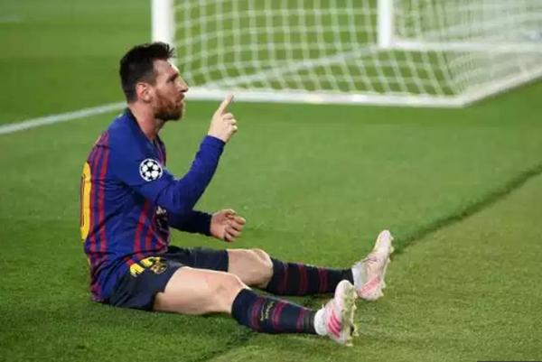 Messi sút phạt thần sầu, huyền thoại Man United phản ứng khó tin - Bóng Đá