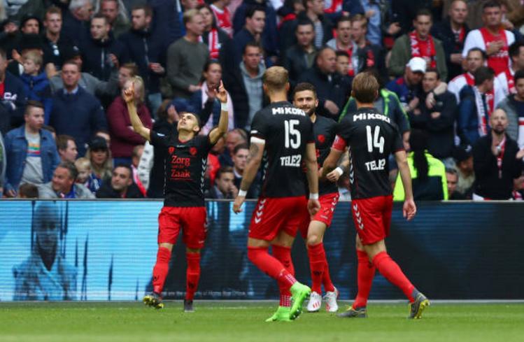 Ajax tiến gần chức vô địch - Bóng Đá