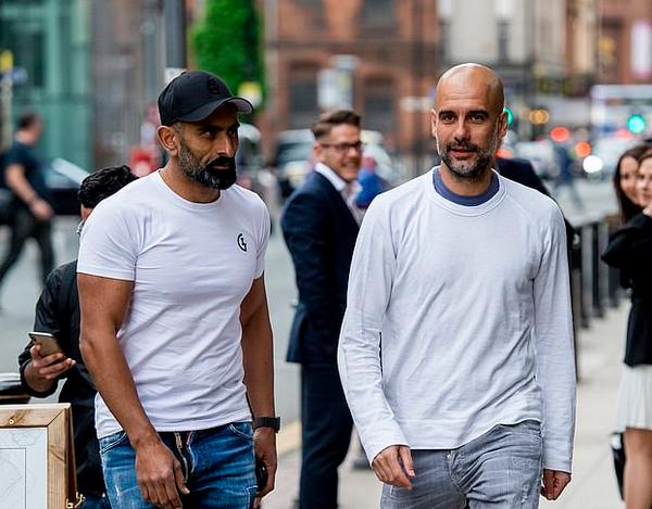 Trốn học trò, Pep Guardiola đi ăn cùng các cộng sự - Bóng Đá