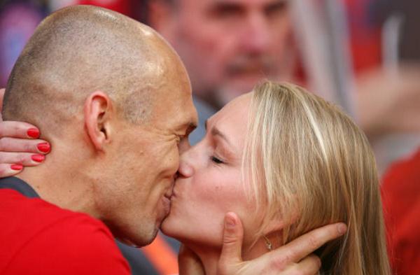 Thù quân Neuer hành động cao cả trong lễ nâng cúp Bayern - Bóng Đá
