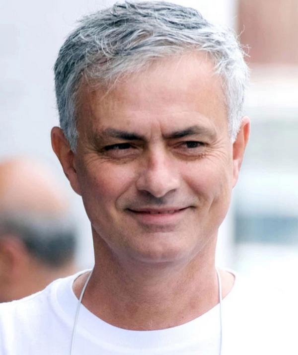 Mourinho cắt tóc, cạo râu tại London - Bóng Đá