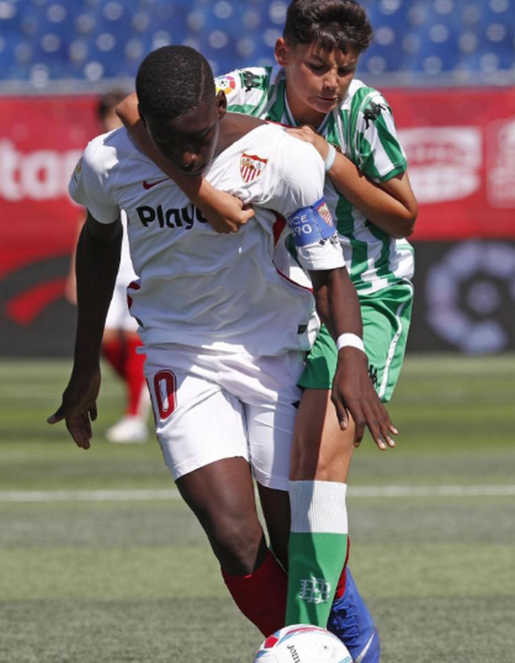 CHOÁNG! 12 tuổi cao 1m75, thủ quân U12 Sevilla khiến đối thủ khóc thét - Bóng Đá