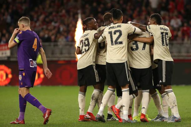 Đồng đội ăn mừng bàn thắng và đây là thái độ của Pogba - Bóng Đá