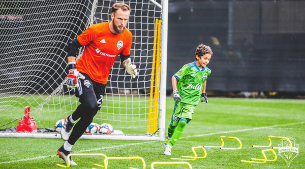 Khoảnh khắc cảm động, cậu bé 8 tuổi bước ra sân đối đầu Dortmund - Bóng Đá